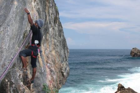 wisata-panjat-tebing-di-pantai-siung-jogja