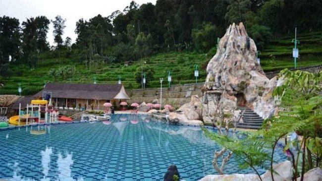 Kolam Renang di Taman Riung Gunung