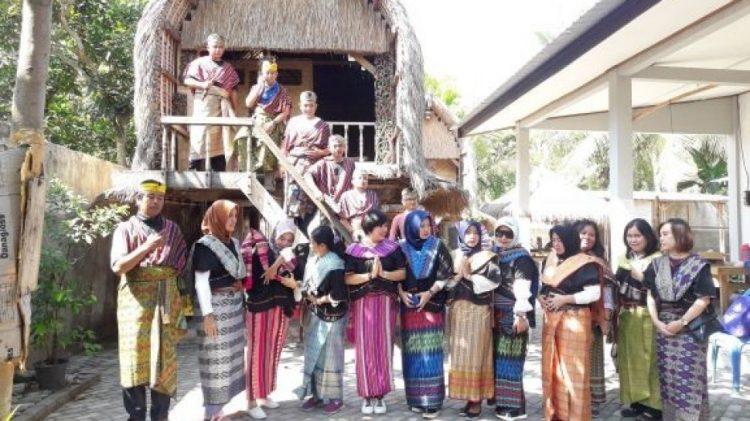Desa Sukarara via Suara