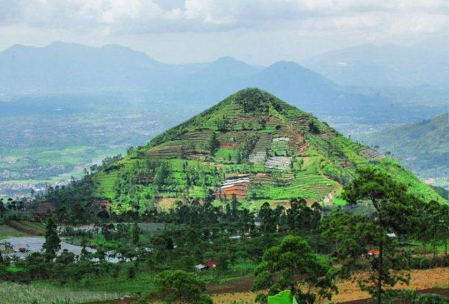 Gunung Piramida Sadahurip via IG @hafiz_parahyangan05