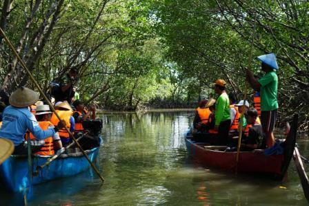 ekowisata hutan mangrove ini sendiri terletak di daerah tapak kelurahan tugurejo kecamatan tugu kota semarang kalau anda teratarik untuk berkunjung ke