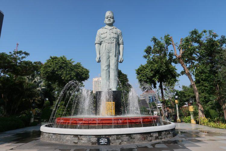 Monumen Patung Gubernur Suryo via Travelcoffeehot