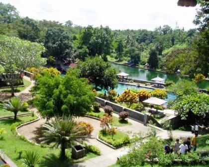 Objek Wisata Alam Taman Narmada di Lombok