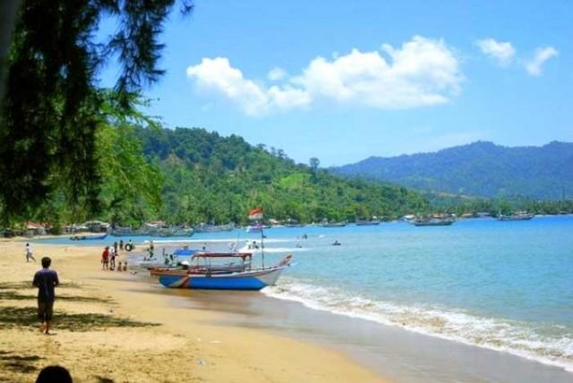 Objek Wisata Pantai Caroline di Padang