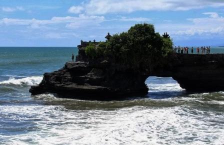 Objek Wisata batu bolong di Lombok