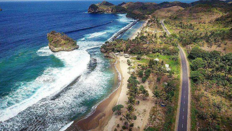 Pantai Jolangkung via IG @irawandhakaria