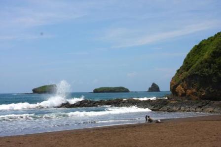 Tempat Wisata Pantai Watu Ulo Jember