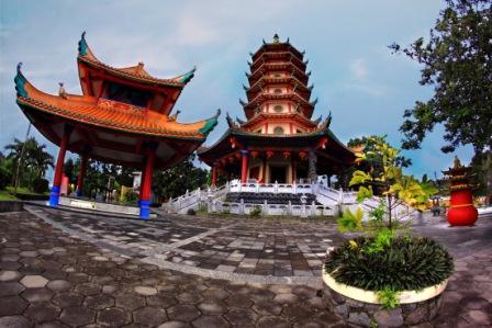 pagoda buddhagaya watugong yang berlokasi di jalan perintis kemerdekaan merupakan tempat ibadah pemeluk agama budha sekaligus wisata semarang