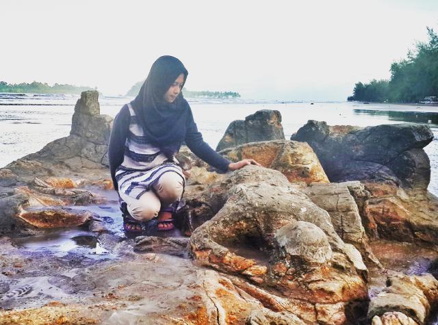 Wisata Pantai Air Manis Batu Malin Kundang di Padang via minangtourim