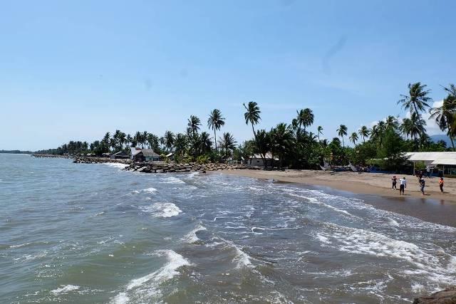 Wisata Pantai Pasir Jambak di Padang
