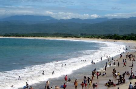 pantai santolo atau pantai cilauteureun berada di kecamatan cikelet pameungpeuk kabupaten garut wilayah selatan merupakan tempat wisata