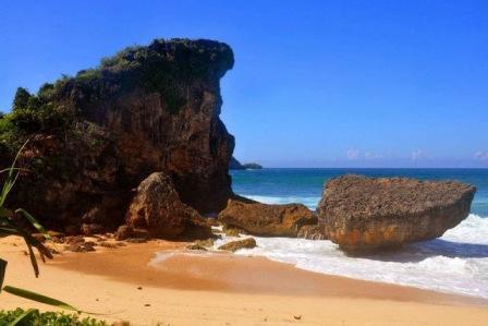 Menikmati Keindahan Pantai Seruni Pacitan