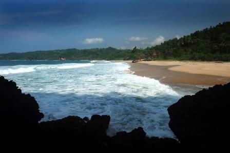 Objek Wisata Pantai Kunir di Pacitan