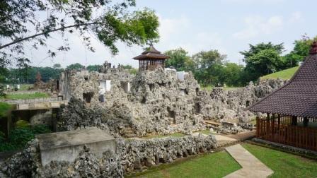 Objek Wisata Sejarah Taman Sari Gua Sunyaragi di Cirebon