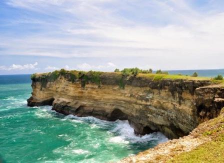 Tempat Wisata Pantai Karang Bolong di Pacitan