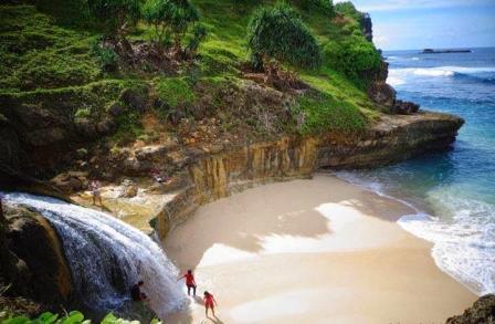 Tempat Wisata Seru Pantai Banyu Tibo di Pacitan