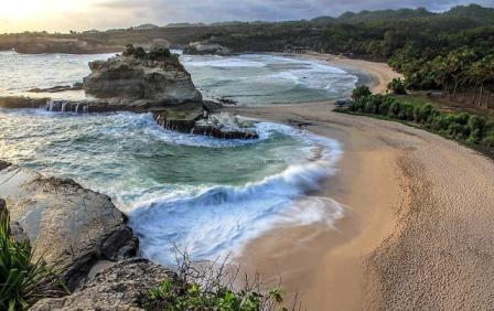 Tempat Wisata Terpopuler Pantai Klayar di Pacitan
