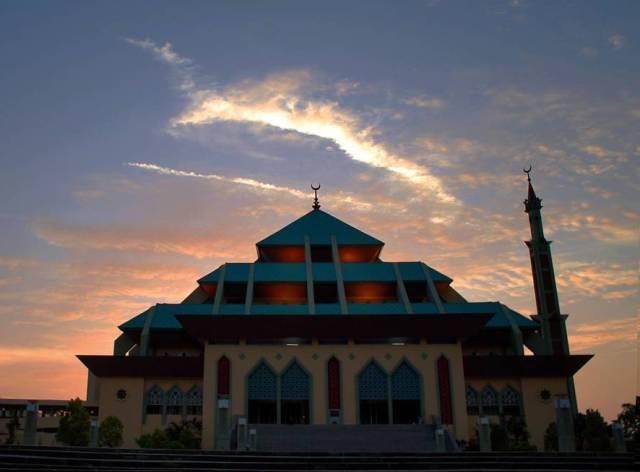 Wisata Religi ke Masjid Agung Batam