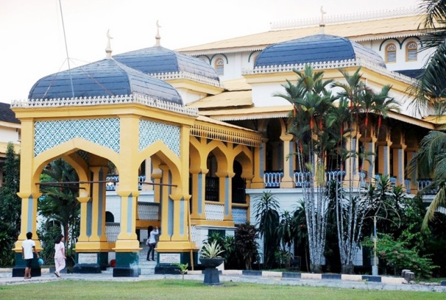 Wisata Sejarah Istana Maimun Medan