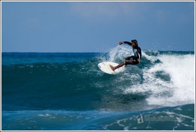 Berselancar di Pantai Carita Banten