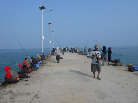 Memancing di Pantai Tanjung Lesung
