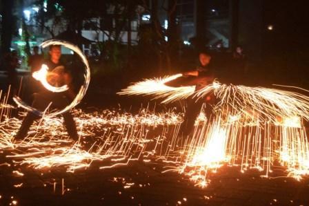 Menonton pertunjukan tarian api di Pantai Tanjung Lesung