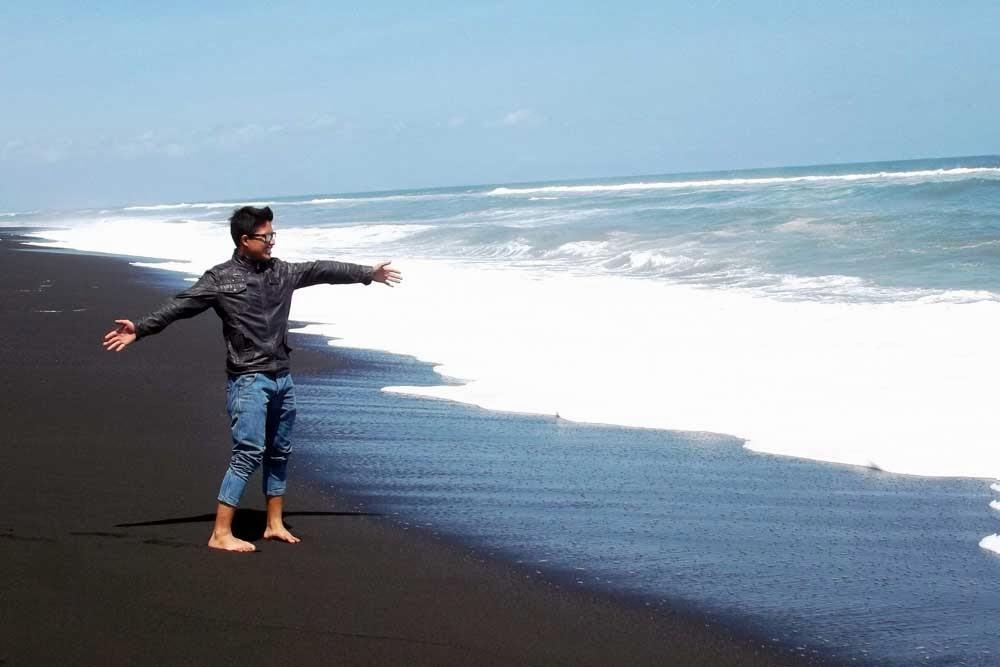 Berwisata ke Pantai Watu Pecak Lumajang