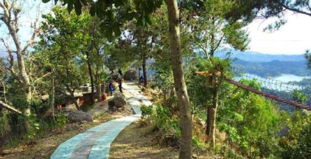 Kegiatan Trekking di Kalibiru