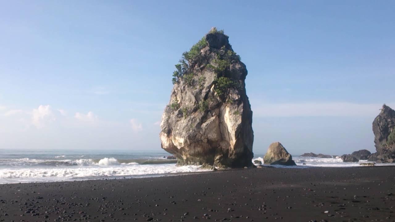 Liburan Seru ke Pantai Watu Godeg Lumajang