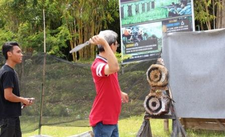 Melempar pisau di Dusun Bambu Lembang