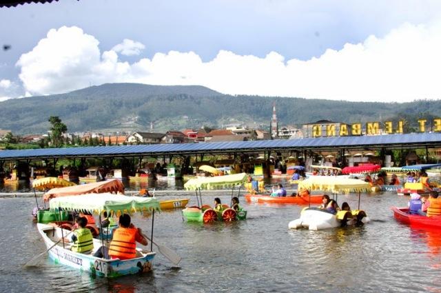 Naik Perahu di Floating market lembang