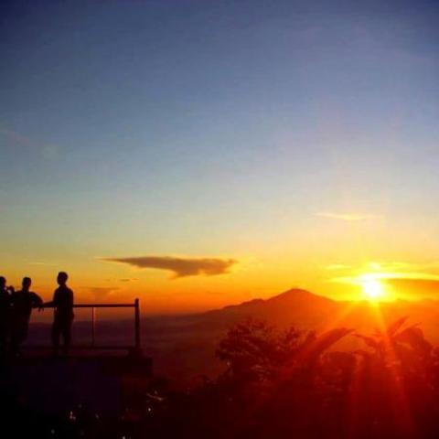 Pemandangan golden sunrise di Posong Temanggung