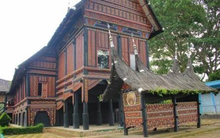 Rumah Adat Baanjuang Puti Bungsu Bukittinggi
