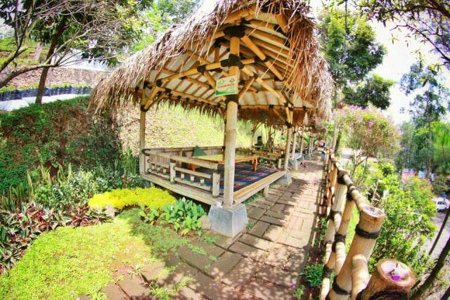 Natural Resto and Strawberry Land - tempat makan di Lembang
