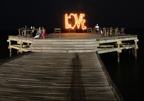 Suasana Romantis di Pantai Akkarena Malam Hari