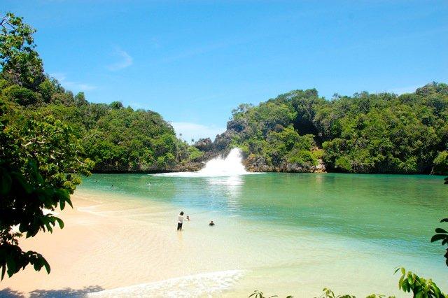 Keindahan Pantai Sendang Biru di Malang