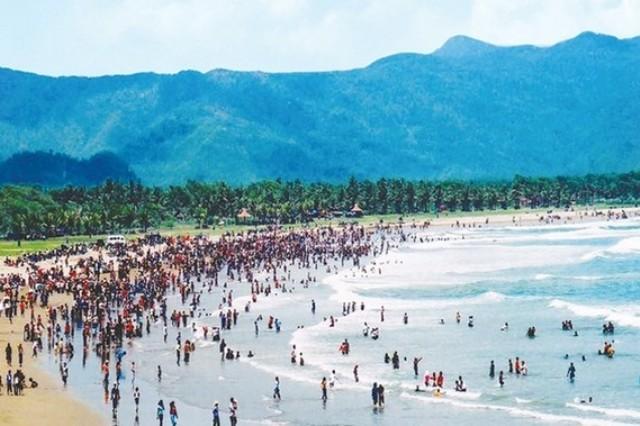 Wisatawan Memadati Pantai Teleng Ria Pacitan