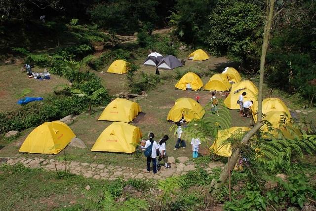 Tenda wisatawan di curug cilember