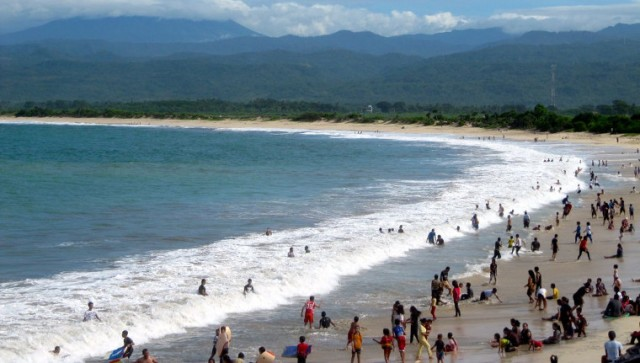 Wisatawan Memadari Pantai Santolo Garut