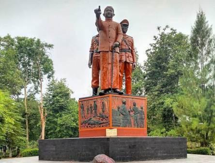 Wisata ke Monumen Soerjo