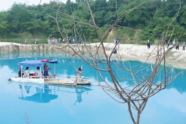 Keliling Danau Cigaru dengan Perahu via Hipwee