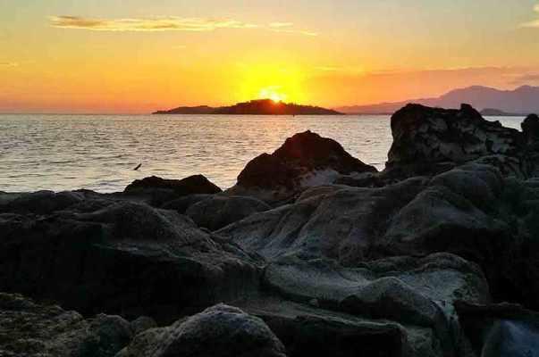 Pantai Mananggu via @steve_05