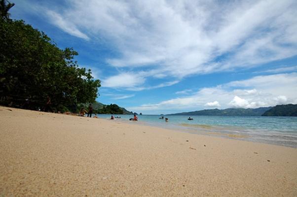 Pantai Pasir Putih Leato