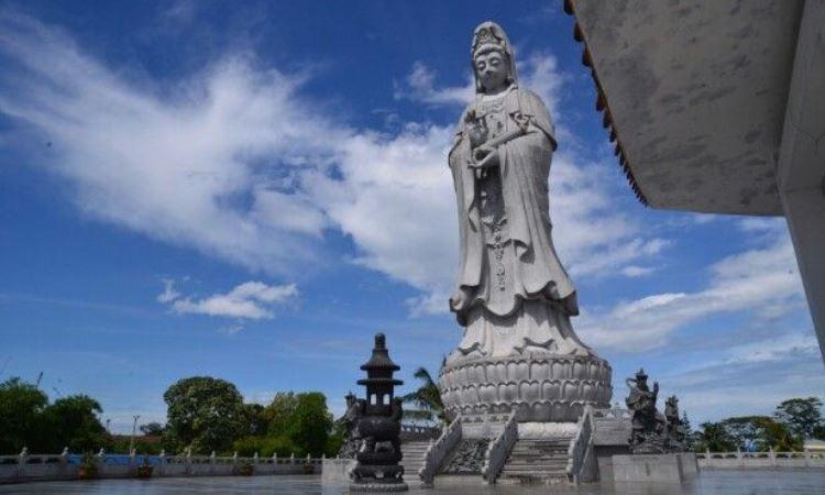 Patung Dewi Kwan Im via Enjoytourmedan