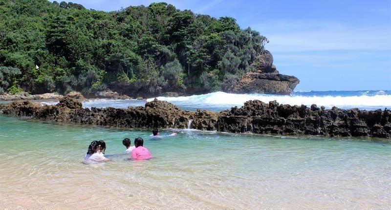 Berendam di Pantai Batu Bengkung
