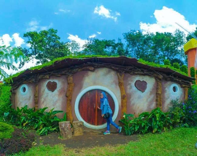 Rumah Hobbit di Taman Bunga Celosia via @Dinaafriy