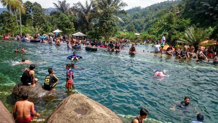 Wisatawan Memadati Taman Batu via Tempo
