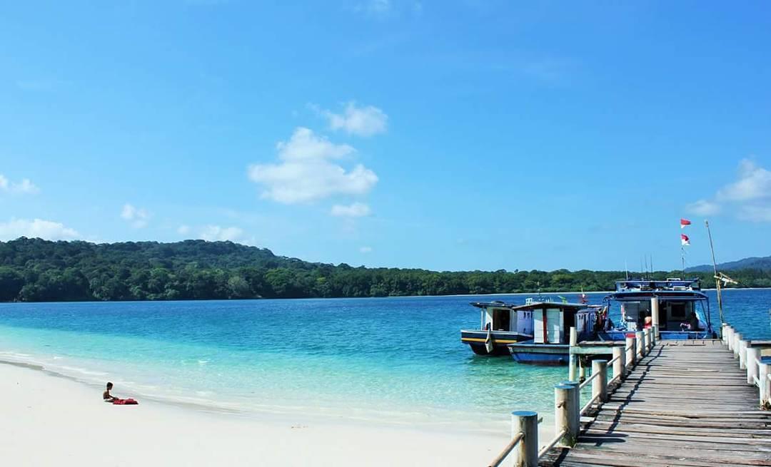 Pulau Handeleum via @tukang_jalan