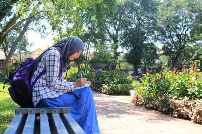 Duduk Santai di Taman Situ Lembang