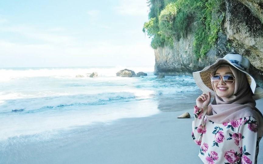 Pantai Goa Langir Sawarna via @anisayuniara
